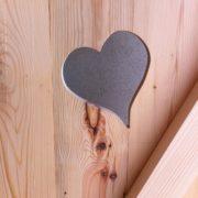 porte en bois décorée avec un coeur