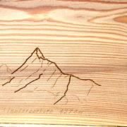 cadeau en bois: gravure de montagne pour un anniversaire sur mesure